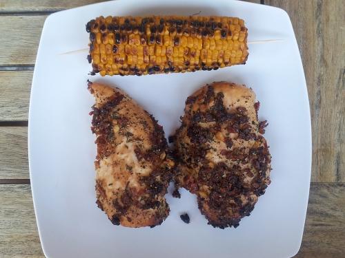 Garlic Chicken von der Planke mit Grillmais.