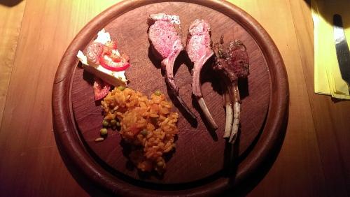 Lammkarree, Djuvecreis, gebackener Schafskäse.