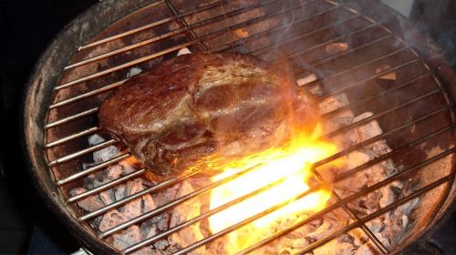 Nacken vom Iberico-Schwein auf dem Smokey Joe.