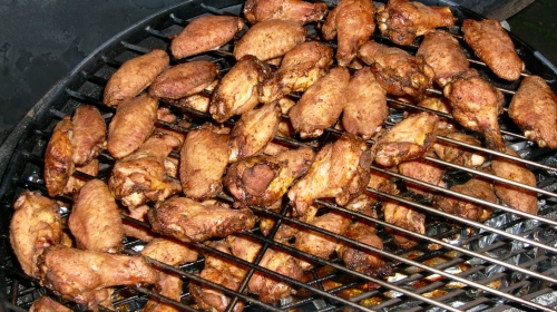 Chicken Wings, am Gelenk geteilt.