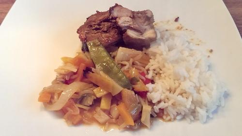 Asiatischer Schweinebauch vom Spieß mit Gemüse und Reis.