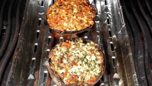 Gefüllte Portobello-Pilze auf dem Grill.