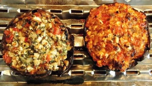 Gefüllte Portobello-Pilze fertig gegrillt.