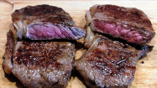 Rumpsteaks medium rare gegrillt.