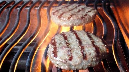 Hamburger grillen für den Bananaburger.