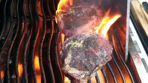 Steaks vom Weideochsen über der Sizzle meines Napoleon LEX 605.