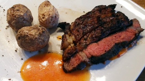 Steak mit Mojo Rojo und Papas Arrugadas.