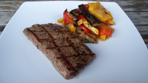 Steak vom Lammrücken mit Grillgemüsesalat.
