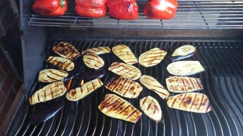 Marinierte Auberginen und Paprika werden für den Gemüsesalat gegrillt.