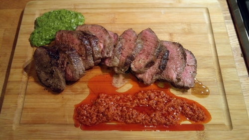 Steak mit Mojo Verde und Mojo Rojo.